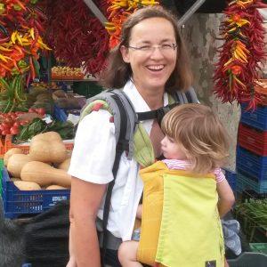 0000-autorenfoto-mit-zwei-babytragen-auf-dem-wochenmarkt-in-alcudia
